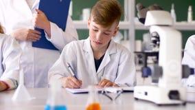 Δάσκαλος και σπουδαστές που μελετούν τη χημεία στο σχολείο