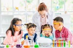 Δάσκαλος και σπουδαστές στο εργαστήριο, επιπλέον σώμα καπνού έξω στοκ εικόνες