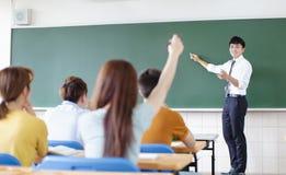 Δάσκαλος με την ομάδα φοιτητών πανεπιστημίου στην τάξη στοκ εικόνες