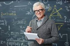 Δάσκαλος με το έγγραφο Στοκ εικόνα με δικαίωμα ελεύθερης χρήσης