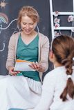 Δάσκαλος που ακούει το τραγούδι κοριτσιών Στοκ Φωτογραφίες