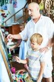 Δάσκαλος τέχνης που βοηθά τα παιδιά Στοκ Εικόνες