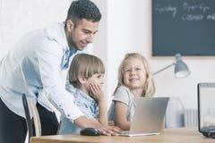 Δάσκαλος ΤΠ με τα παιδιά Στοκ Φωτογραφίες
