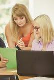 Δάσκαλος γυναικών σπουδαστών και δασκάλων στην τάξη Στοκ Εικόνες