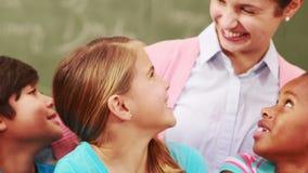 Δάσκαλος και μαθητές που εξετάζουν το lap-top απόθεμα βίντεο