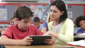 Δάσκαλος και μαθητής που χρησιμοποιούν την ψηφιακή ταμπλέτα στην κατηγορία φιλμ μικρού μήκους