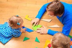 Δάσκαλος και παιδιά που παίζουν με τις γεωμετρικές μορφές Στοκ εικόνες με δικαίωμα ελεύθερης χρήσης