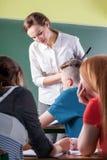 Δάσκαλος και σπουδαστές κατά τη διάρκεια των κατηγοριών Στοκ φωτογραφίες με δικαίωμα ελεύθερης χρήσης