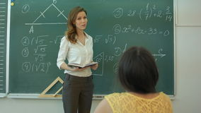 Δάσκαλος και math τύποι στον πίνακα κιμωλίας απόθεμα βίντεο