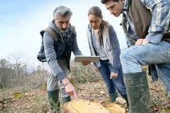 Δάσκαλος με τους νέους σπουδαστές στις επιστήμες περιβάλλοντος στοκ εικόνες