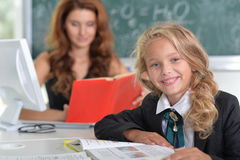 Δάσκαλος με το κορίτσι στο μάθημα στοκ φωτογραφία με δικαίωμα ελεύθερης χρήσης