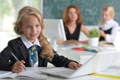Δάσκαλος με δύο κορίτσια Στοκ εικόνα με δικαίωμα ελεύθερης χρήσης