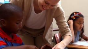 Δάσκαλος που βοηθά ένα μικρό αγόρι κατά τη διάρκεια της κατηγορίας φιλμ μικρού μήκους