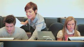 Δάσκαλος που βοηθά την κατηγορία υπολογιστών φιλμ μικρού μήκους