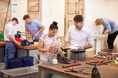 Δάσκαλος που βοηθά τους φοιτητές πανεπιστημίου που μελετούν τα υδραυλικά Στοκ Εικόνες