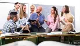 Δάσκαλος που γελά με τους σπουδαστές Στοκ εικόνες με δικαίωμα ελεύθερης χρήσης