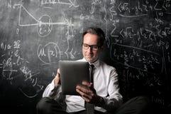 Δάσκαλος που εξετάζει το ipad Στοκ φωτογραφίες με δικαίωμα ελεύθερης χρήσης