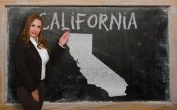 Δάσκαλος που παρουσιάζει χάρτη Καλιφόρνιας στον πίνακα Στοκ φωτογραφία με δικαίωμα ελεύθερης χρήσης