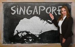 Δάσκαλος που παρουσιάζει χάρτη Σινγκαπούρης στον πίνακα Στοκ Φωτογραφίες