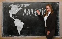 Δάσκαλος που παρουσιάζει χάρτη της Αμερικής στον πίνακα Στοκ εικόνες με δικαίωμα ελεύθερης χρήσης