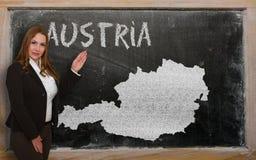 Δάσκαλος που παρουσιάζει χάρτη της Αυστρίας στον πίνακα Στοκ Εικόνα