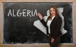 Δάσκαλος που παρουσιάζει χάρτη της Αλγερίας στον πίνακα Στοκ Φωτογραφίες