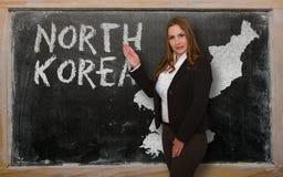 Δάσκαλος που παρουσιάζει χάρτη της Βόρεια Κορέας στον πίνακα Στοκ Εικόνες