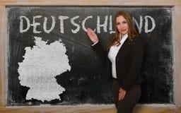 Δάσκαλος που παρουσιάζει χάρτη της Γερμανίας στον πίνακα Στοκ εικόνες με δικαίωμα ελεύθερης χρήσης