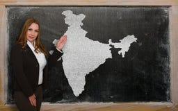 Δάσκαλος που παρουσιάζει χάρτη της Ινδίας στον πίνακα Στοκ εικόνα με δικαίωμα ελεύθερης χρήσης