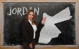 Δάσκαλος που παρουσιάζει χάρτη της Ιορδανίας στον πίνακα Στοκ εικόνες με δικαίωμα ελεύθερης χρήσης