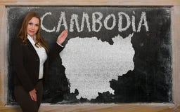 Δάσκαλος που παρουσιάζει χάρτη της Καμπότζης στον πίνακα Στοκ φωτογραφία με δικαίωμα ελεύθερης χρήσης