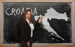 Δάσκαλος που παρουσιάζει χάρτη της Κροατίας στον πίνακα Στοκ φωτογραφία με δικαίωμα ελεύθερης χρήσης