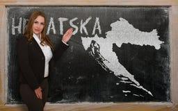 Δάσκαλος που παρουσιάζει χάρτη της Κροατίας στον πίνακα Στοκ Εικόνες