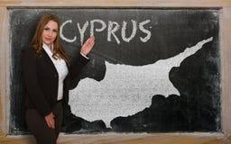 Δάσκαλος που παρουσιάζει χάρτη της Κύπρου στον πίνακα Στοκ φωτογραφίες με δικαίωμα ελεύθερης χρήσης