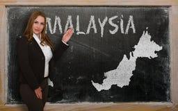 Δάσκαλος που παρουσιάζει χάρτη της Μαλαισίας στον πίνακα Στοκ φωτογραφίες με δικαίωμα ελεύθερης χρήσης
