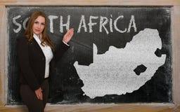 Δάσκαλος που παρουσιάζει χάρτη της Νότιας Αφρικής στον πίνακα Στοκ Εικόνα