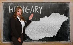 Δάσκαλος που παρουσιάζει χάρτη της Ουγγαρίας στον πίνακα Στοκ Εικόνες