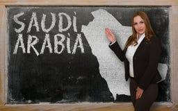 Δάσκαλος που παρουσιάζει χάρτη της Σαουδικής Αραβίας στον πίνακα Στοκ φωτογραφία με δικαίωμα ελεύθερης χρήσης