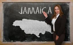 Δάσκαλος που παρουσιάζει χάρτη της Τζαμάικας στον πίνακα Στοκ φωτογραφίες με δικαίωμα ελεύθερης χρήσης