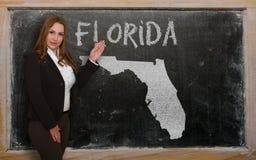 Δάσκαλος που παρουσιάζει χάρτη της Φλώριδας στον πίνακα Στοκ Φωτογραφία