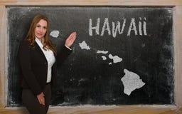 Δάσκαλος που παρουσιάζει χάρτη της Χαβάης στον πίνακα Στοκ φωτογραφίες με δικαίωμα ελεύθερης χρήσης
