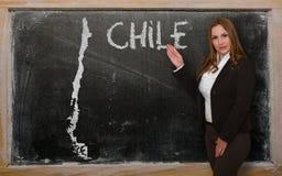 Δάσκαλος που παρουσιάζει χάρτη της Χιλής στον πίνακα Στοκ Εικόνα