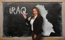 Δάσκαλος που παρουσιάζει χάρτη του Ιράκ στον πίνακα Στοκ εικόνες με δικαίωμα ελεύθερης χρήσης