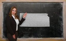 Δάσκαλος που παρουσιάζει χάρτη του Κάνσας στον πίνακα Στοκ Εικόνα