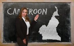 Δάσκαλος που παρουσιάζει χάρτη του Καμερούν στον πίνακα Στοκ φωτογραφία με δικαίωμα ελεύθερης χρήσης