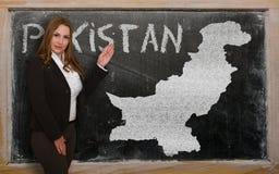 Δάσκαλος που παρουσιάζει χάρτη του Πακιστάν στον πίνακα Στοκ Φωτογραφία