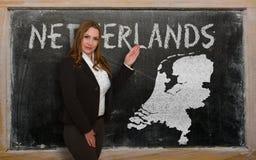 Δάσκαλος που παρουσιάζει χάρτη των Κάτω Χωρών στον πίνακα Στοκ φωτογραφίες με δικαίωμα ελεύθερης χρήσης