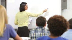 Δάσκαλος που ρωτά την κατηγορία ερώτησης μαθητών απόθεμα βίντεο