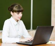 Δάσκαλος που χρησιμοποιεί έναν φορητό προσωπικό υπολογιστή στο σχολείο Στοκ φωτογραφία με δικαίωμα ελεύθερης χρήσης