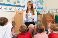 Δάσκαλος που χρησιμοποιεί τις κάρτες λάμψης αριθμού για να διδάξει τα μαθηματικά Στοκ φωτογραφία με δικαίωμα ελεύθερης χρήσης